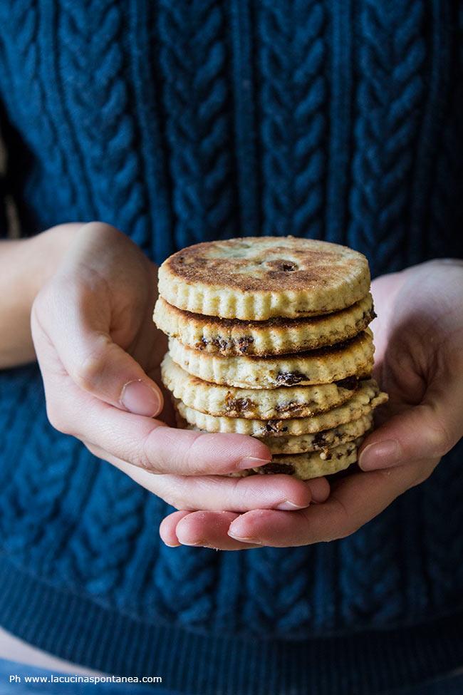 Immagine con foto di biscotti impilati uno su l'altro