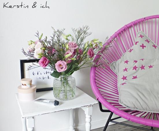 Deko in Rosa mit Blumen und Acapulco Chair