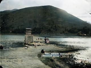 membersihkan pakaian di danau toba dekat gunung pusuk buhit samosir
