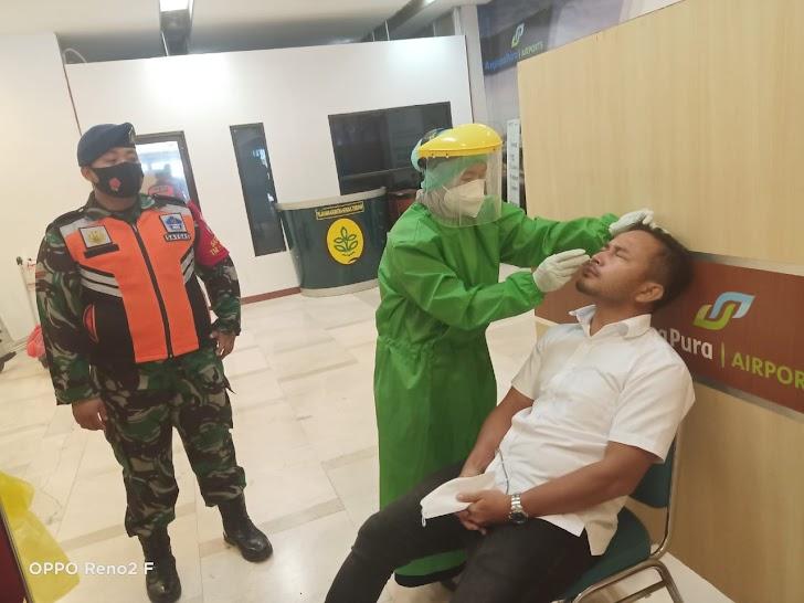 Personel PAM Bandara TNI AU, Lakukan Pengamanan dan Pengawasan Pelaksanaan SWAB ANTIGEN di Bandara Sultan Hasanuddin