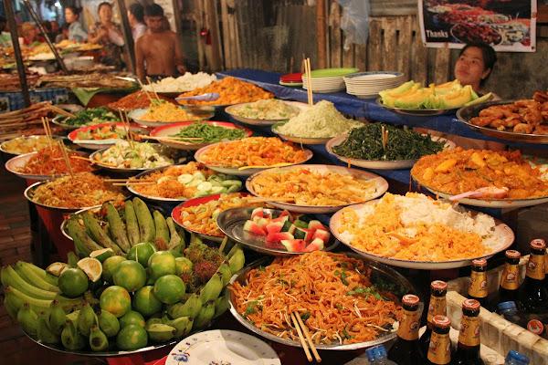 Puestos de comida en el mercado nocturno de Luang Prabang