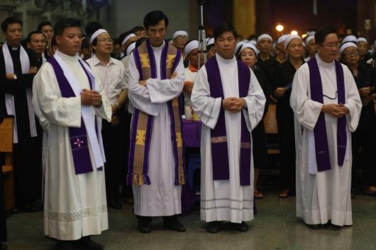 Ngày thứ Ba: Kính viếng và cầu nguyện cho Đức cha Phanxicô Xaviê Nguyễn Văn Sang - Ảnh minh hoạ 58