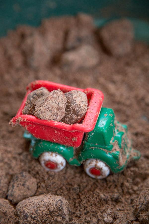 Kiviä muovisen kuorma-auton lavalla leikkihiekassa