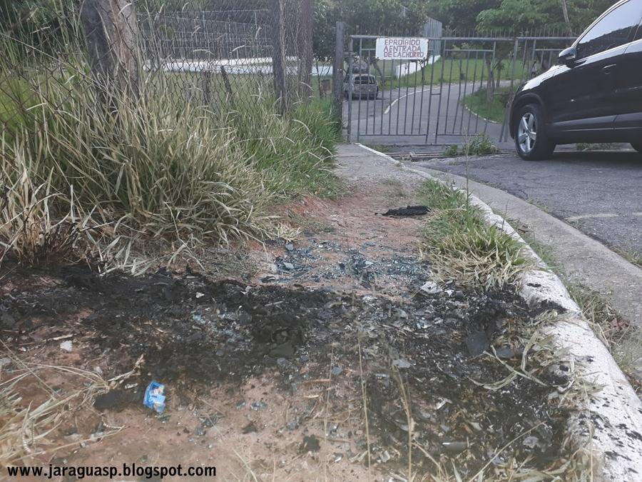 O carro, que estava estacionado e sem ninguém dentro, perdeu o freio depois de explodir, desceu e bateu contra os portões, que se abriram. Foto: acervo Jaraguá SP Post
