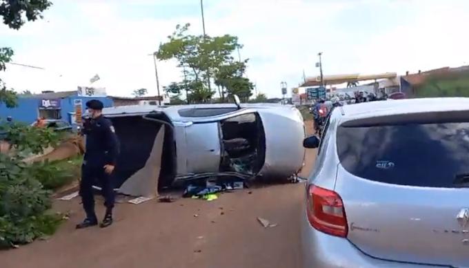 Assaltantes capotam carro roubado durante fuga e são presos