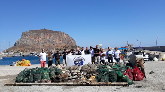1,5 τόνο απορρίμματα ανέσυραν εθελοντές δύτες από το βυθό στο λιμάνι της Μονεμβασιάς