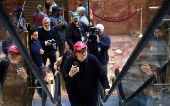 Michael Moore entró a Trump Tower para hablar con el presidente
