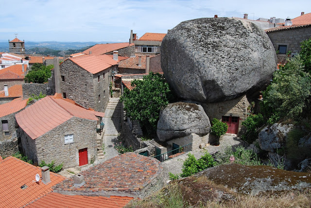 Vista del pueblo de Monsanto con sus rocas gigantes sobre las casas