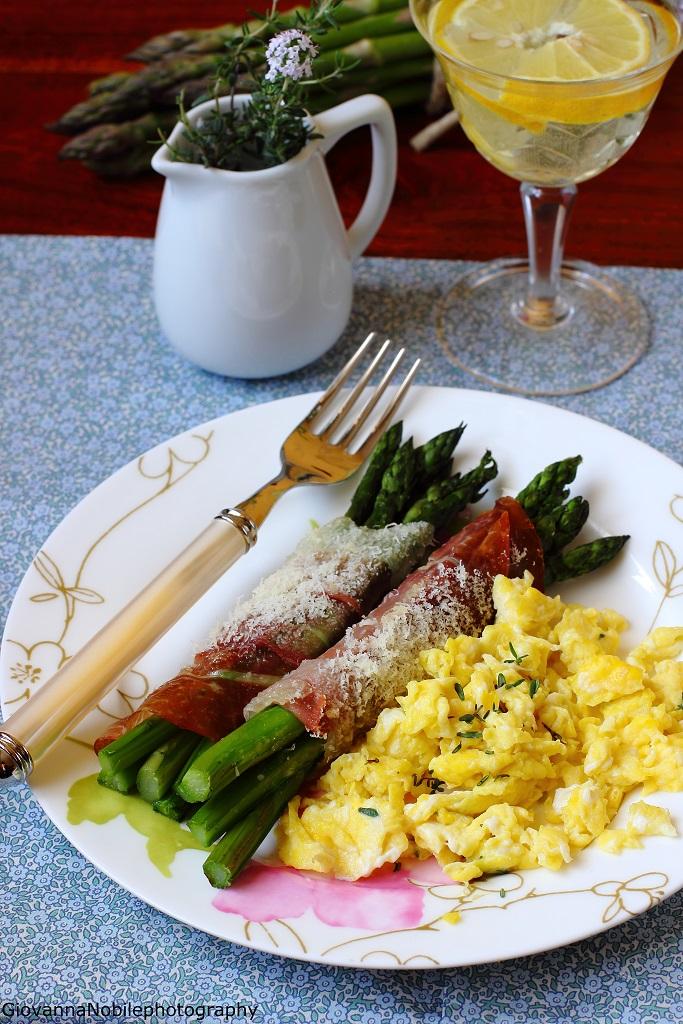 Asparagi con prosciutto crudo e parmigiano al forno