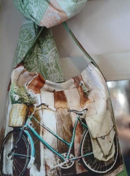 Bolso de tela, bicicleta. Fular estampado.
