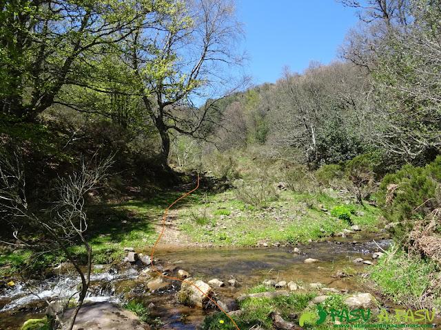 Sendero cruza el arroyo Bayo