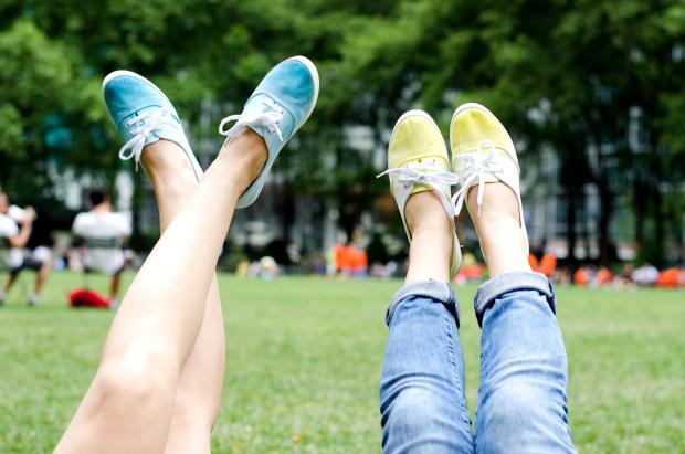 22 DIYs de zapatillas pintadas o teñidas
