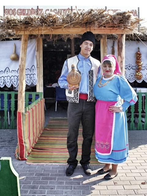 Republica Moldova - Gagauzia - Comrat - Cuplu de găgăuzi în costume tradiționale la un târg local