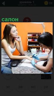 девушке в салоне делают пилинг мастер