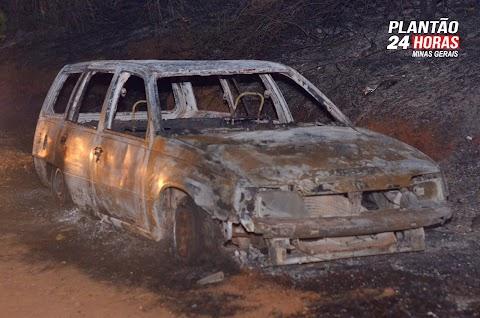 URGENTE: Grande incêndio atinge vegetação, carro e casas em Brazópolis, MG