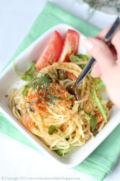 makaron spaghetti z wędzonym łososiem i rukolą
