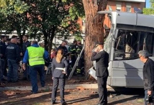 حادث خطير وسط العاصمة الإيطالية روما: حافلة ترتطم بشجرة ونقل 9 جرحى في حالة خطيرة+ فيديو