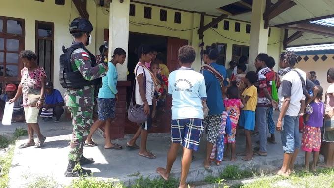 Satgas Raider 300 Berikan Keamanan Pendistribusian Kartu Keluarga Sejahtera (KKS) Sembako Kepada Masyarakat