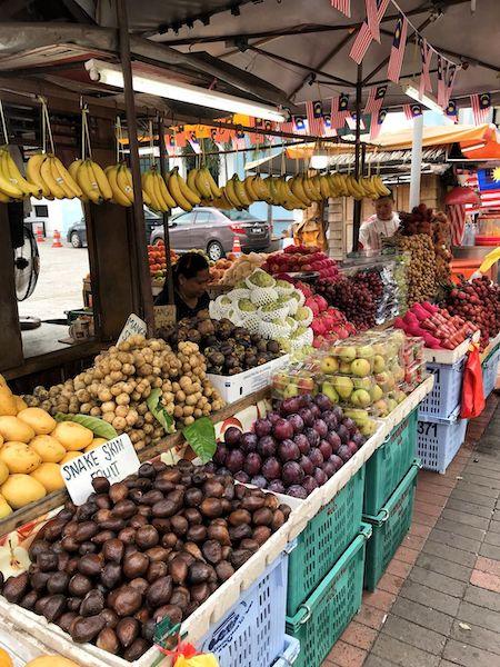 マレーシアの新鮮そうなフルーツを売る屋台