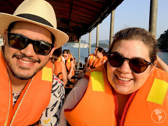 Fazendo um cruzeiro pela Ha Long Bay no Vietnã
