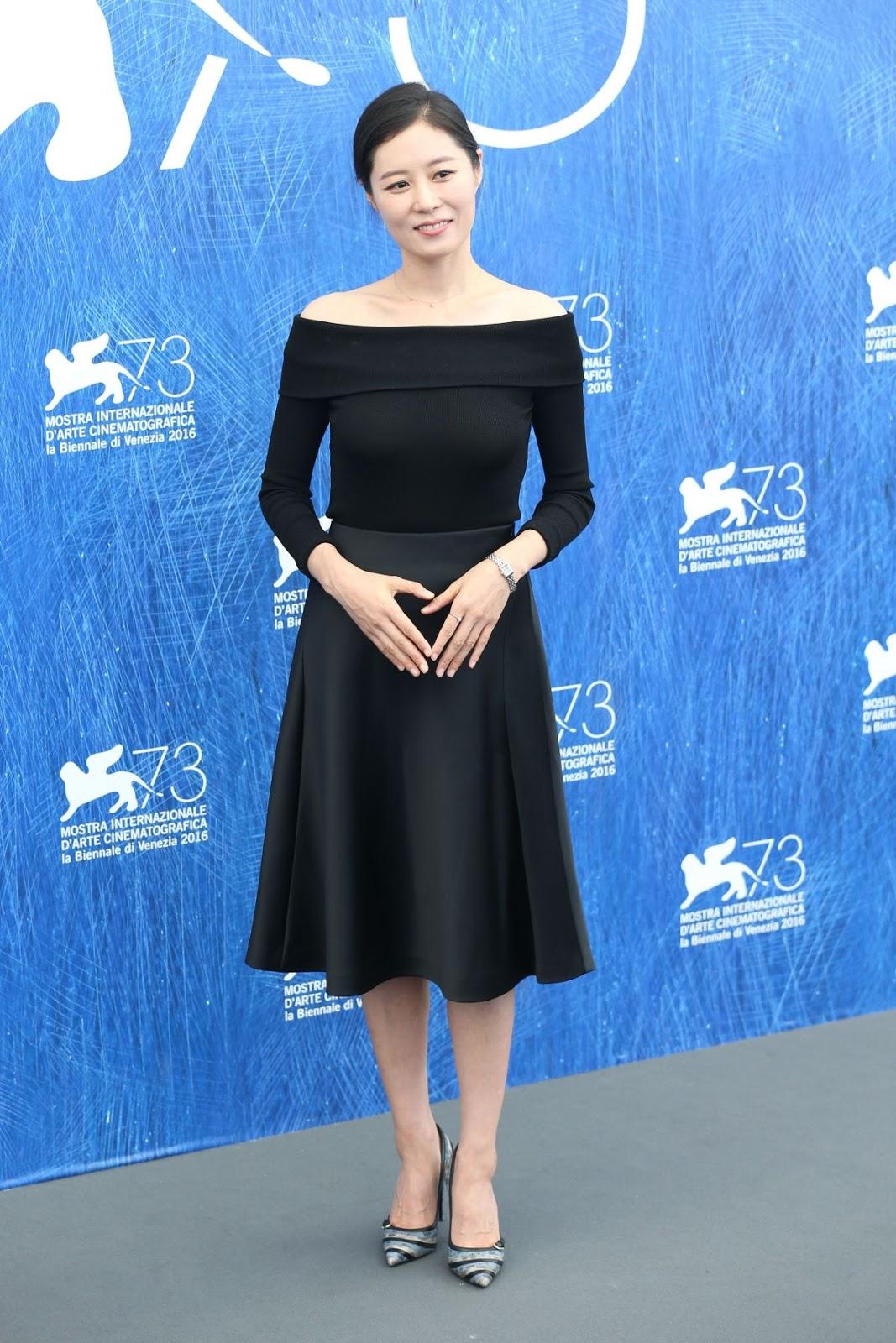 HQ Photos of South Korean actress Moon So-ri at 2016 73rd Venice Film Festival Jury Photocall in Venice