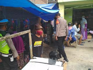 Personil Polsek Cendana Bersama TNI Melaksanakan Oprasi Yustisi Di Pasar Kabere
