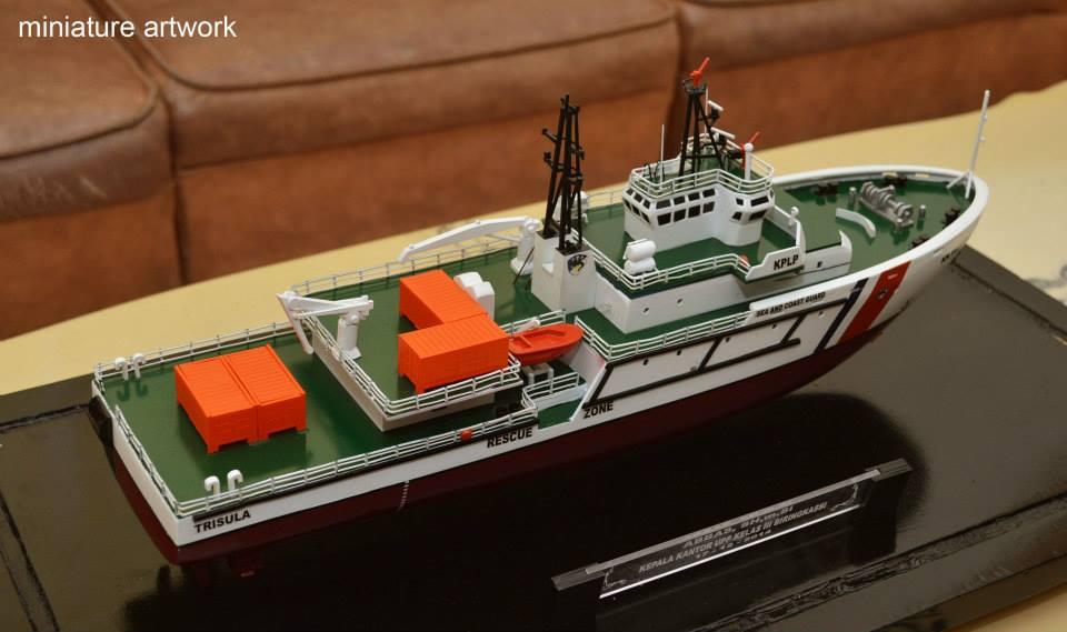 miniatur kapal kn trisula p111 kplp kesatuan penjaga laut dan pantai sea and coast guard jakarta surabaya indonesia