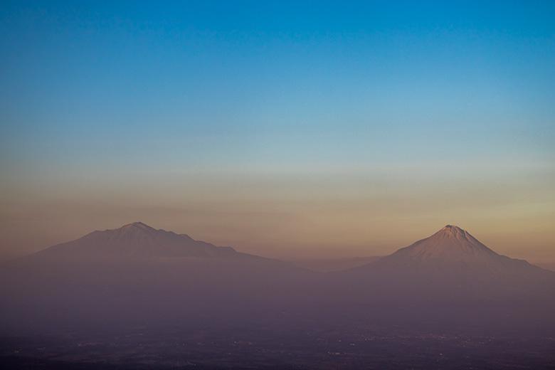 Gunung Merapi (kanan) dan Merbabu (kiri) Dilihat dari Gunung Kunir Purworejo