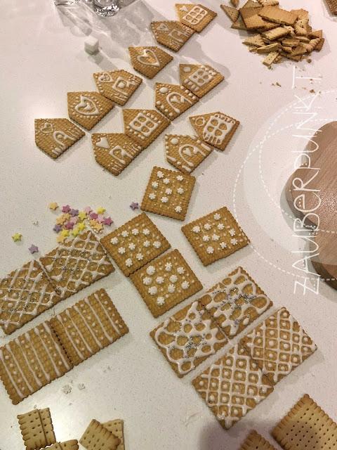Butterkeks-Zuckerhäuschen, Butterkeks, Alnatura, Zuckerhäuschen, Minihaus, Zuckerglasur, Kinder, Samichlaus, Adventszauber, Tischdekoration, Romantisch, Weihnachten, Weihnachtstisch, Tablesetting