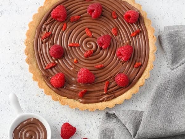 Crostata al cioccolato con lamponi e goji