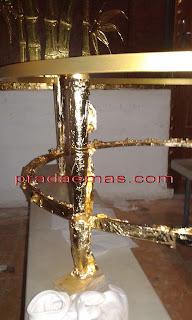 pemasangan gold leaf pada meja besi