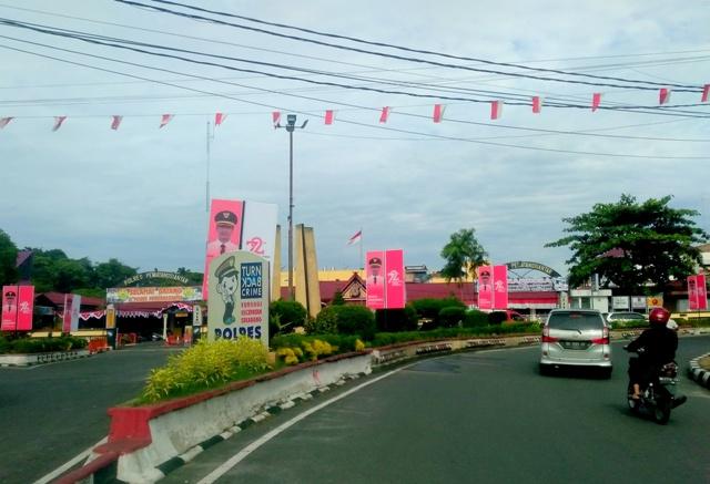 Baliho penyambutan Dirgahayu RI Ke-72, di depan Mapolresta Siantar, Rabu 9/8/2017