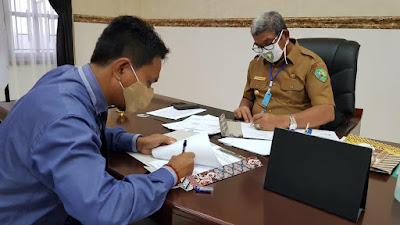 Bupati Maluku Tenggara M. Thaher Hanubun bersama Kepala Kantor Cabang BPR Modern Ekspres Amay Tawurutubun saat menandatangani berita acara serah terima