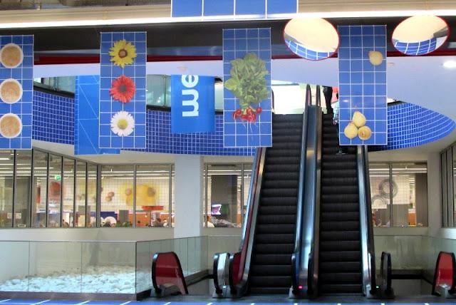 escadas rolantes que dão acesso ao Mercado Temporário do Bolhão