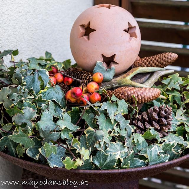 Rostschale mit Efeu und Weihnachtsdeko