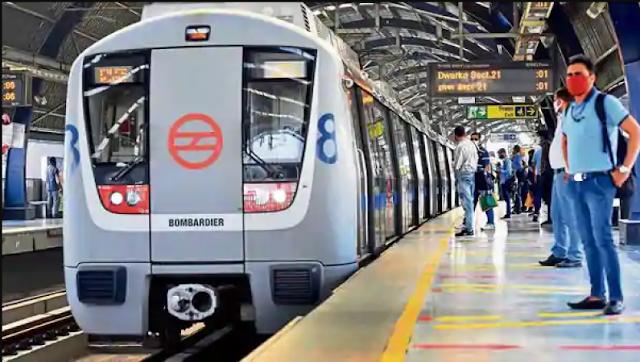 ब्लू लाइन पर दिल्ली मेट्रो के आगे कूदी महिला, पढ़े रपट ।