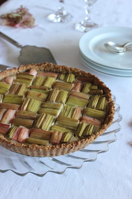 Cuillère et saladier : Tarte géométrique à la rhubrbe et à l'amande