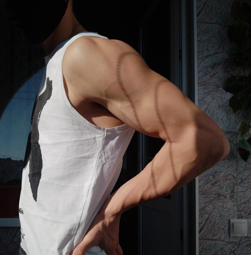 cute-gay-twink-arm-triceps-anonymous-grindr-bottom