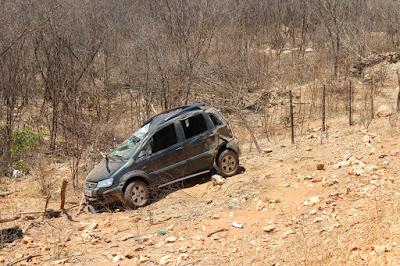 Professora perde controle do carro e capota em estrada do Vale do Piancó