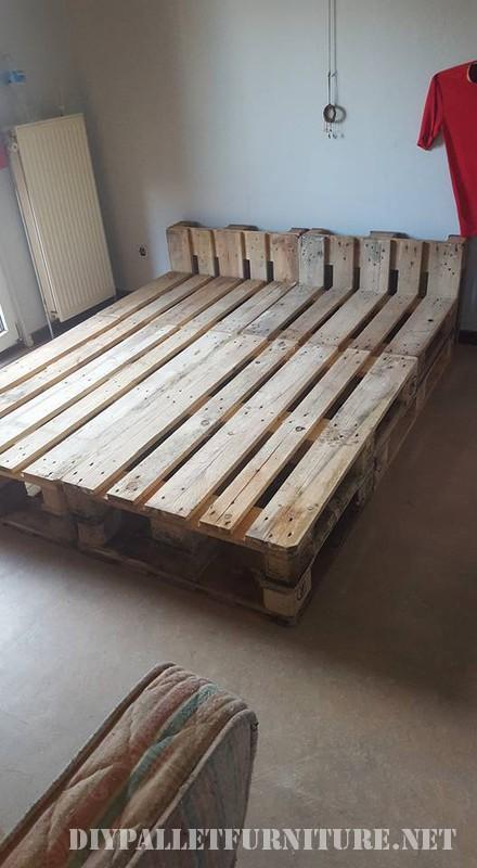 Cama con estructura de palets for Bases de cama hechas con tarimas
