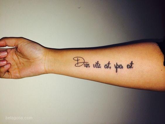 tatuaje de frase en latin