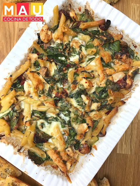 mau cocina de todo, pasta con pollo y tomates deshidratados espinacas queso al horno facil rapido