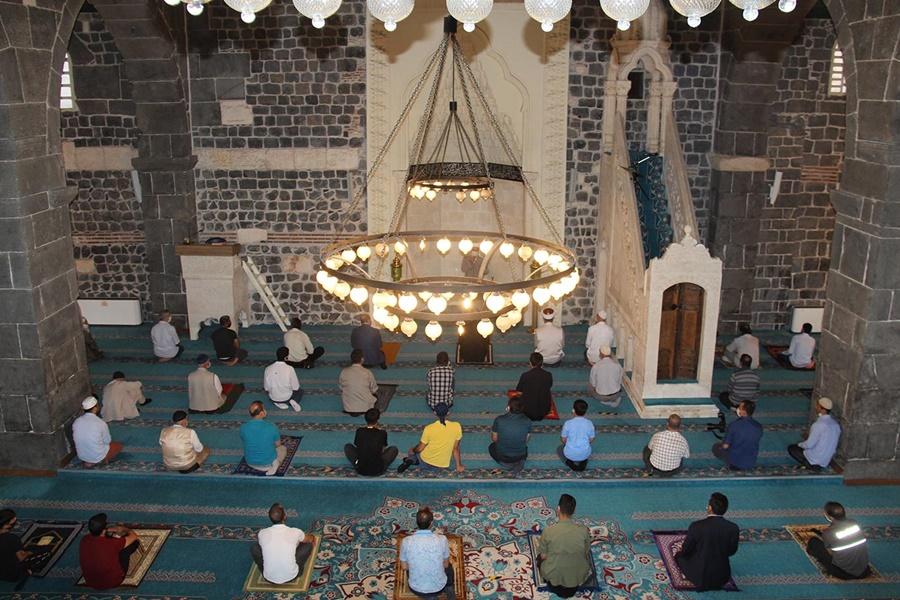 Diyarbakır'da sosyal mesafeli ilk bayram namazı kılındı