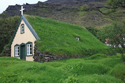 Iglesia con construcción tradicional de techos de césped en Islandia