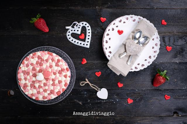 Torta cremosa di San Valentino con bavarese alla fragola, frutti di bosco e vaniglia