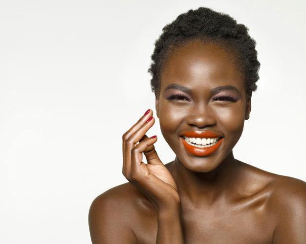 mujer negra sonriente