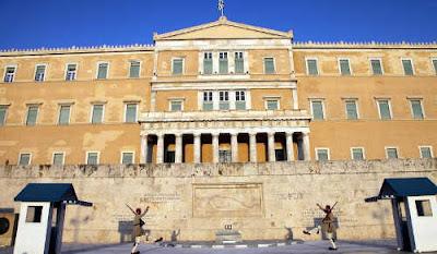 Περί βεβήλωσης του ναού της δημοκρατίας με μπογιές από τον Ρουβίκωνα…