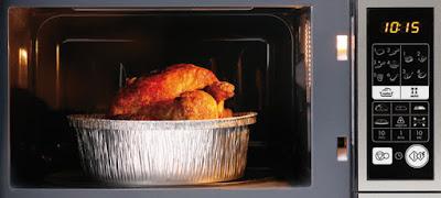 Microondas calentando envase aluminio