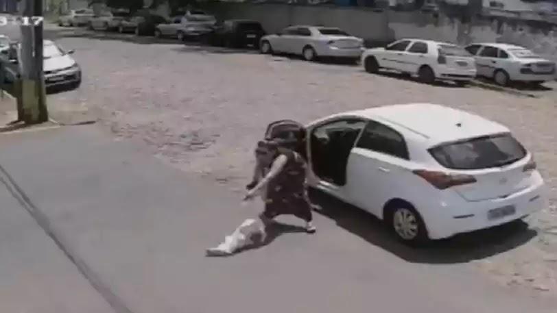 Γυναίκα κατεβάζει τον κουτσό σκύλο της από το αυτοκίνητο και τον εγκαταλείπει (Βίντεο)