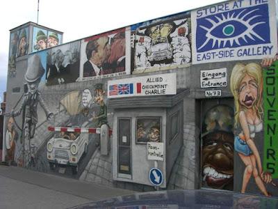 Check Point Charlie pintado en la East Side Gallery